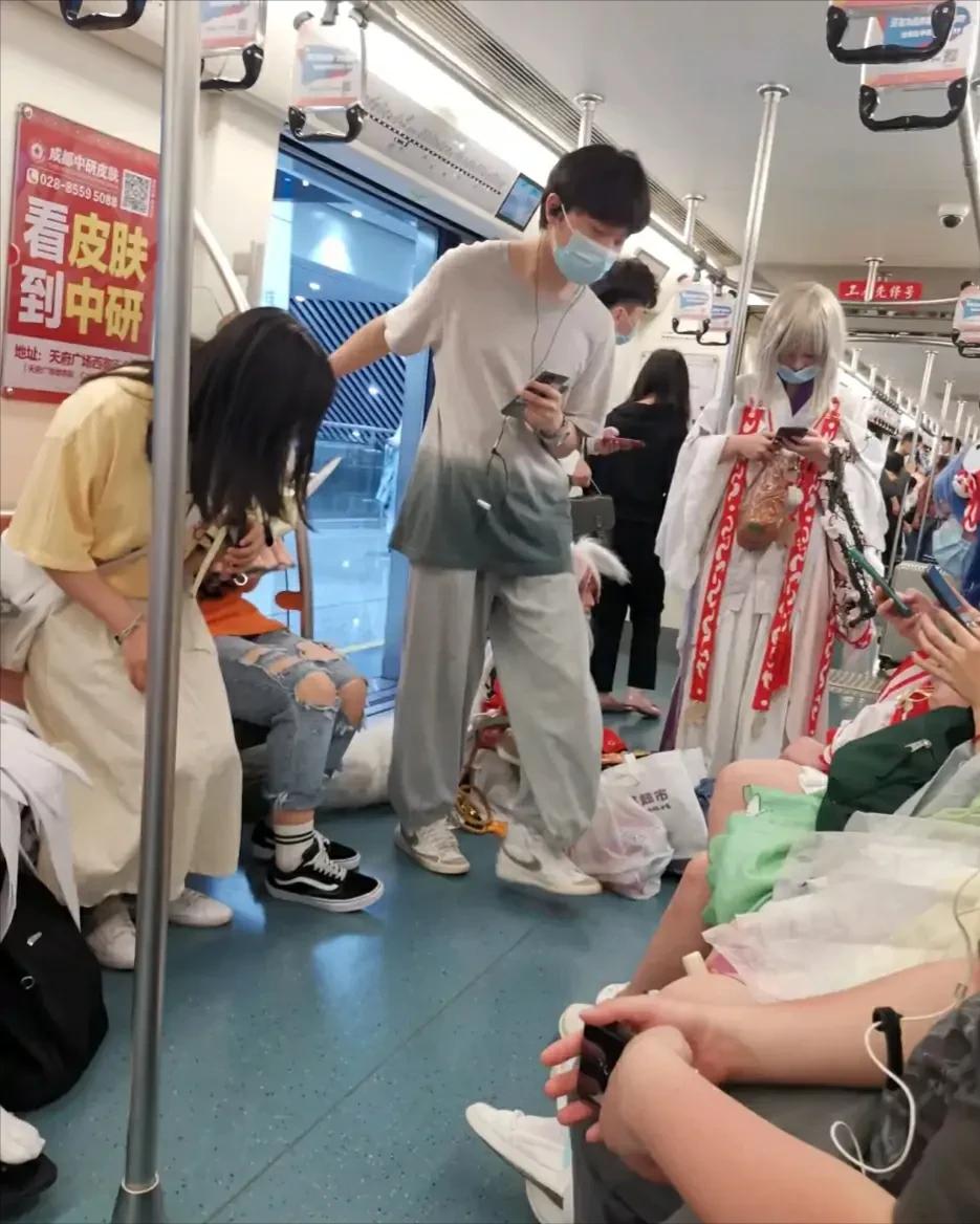 穿cos服乘坐地鐵惹爭議,我還是覺得cosplay應該分場合