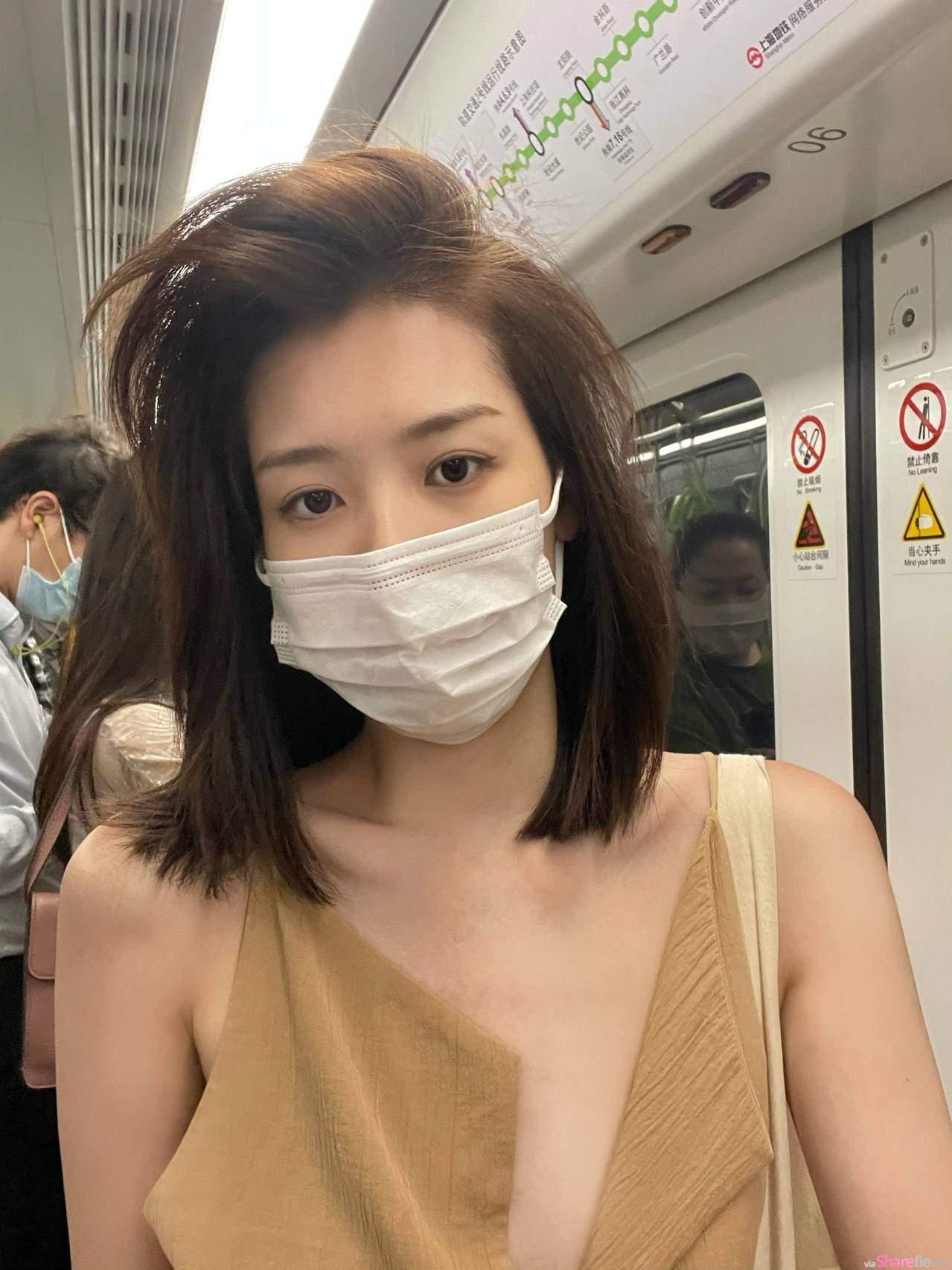 正妹Mia收工後在地鐵美拍,摘下口罩氣質超可以